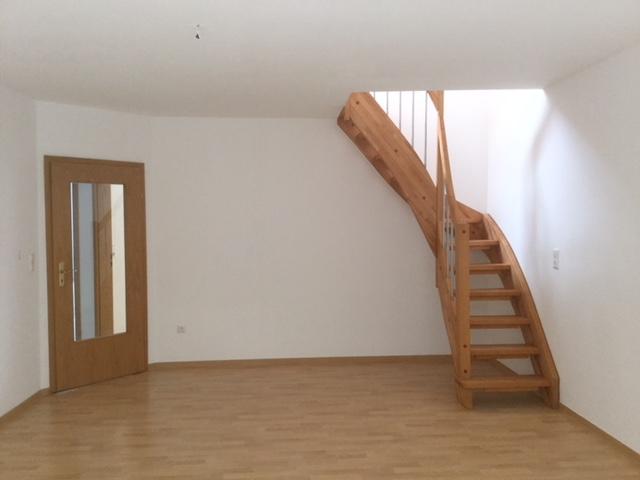 Wohnzimmer mit Treppen zum Spitzboden