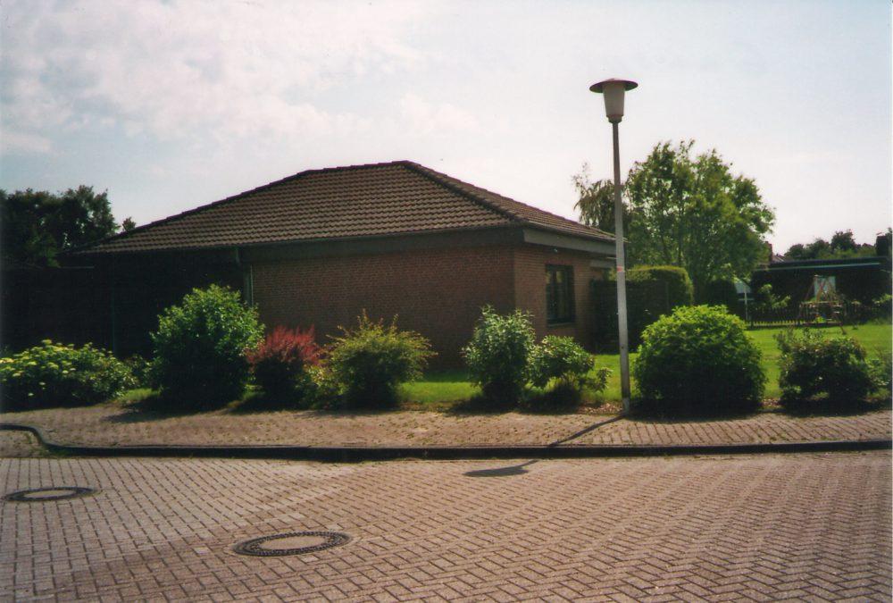 grosszuegiger-bungalow-in-ganspe-strassenansicht