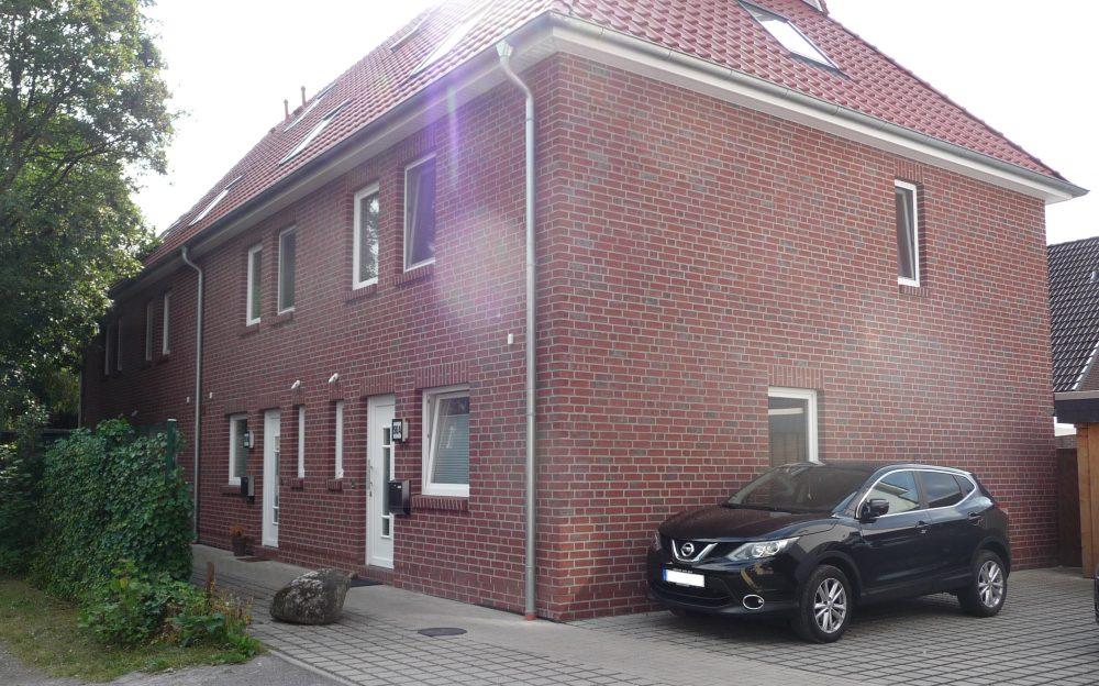 modernes-reihenmittelhaus-im-ortskern-von-hude-aussenansicht