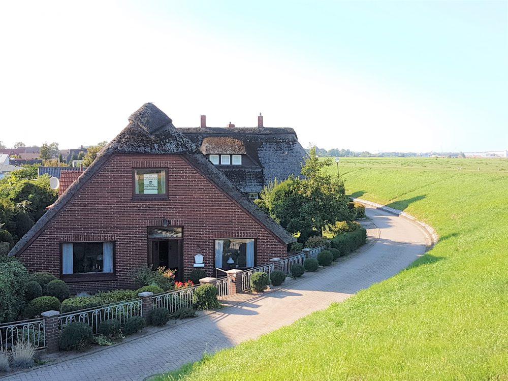 reetdachhaus-am-deich-in-altenesch-aussenbild