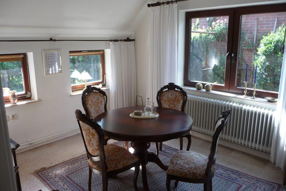 reetdachhaus-am-deich-in-altenesch-esszimmer