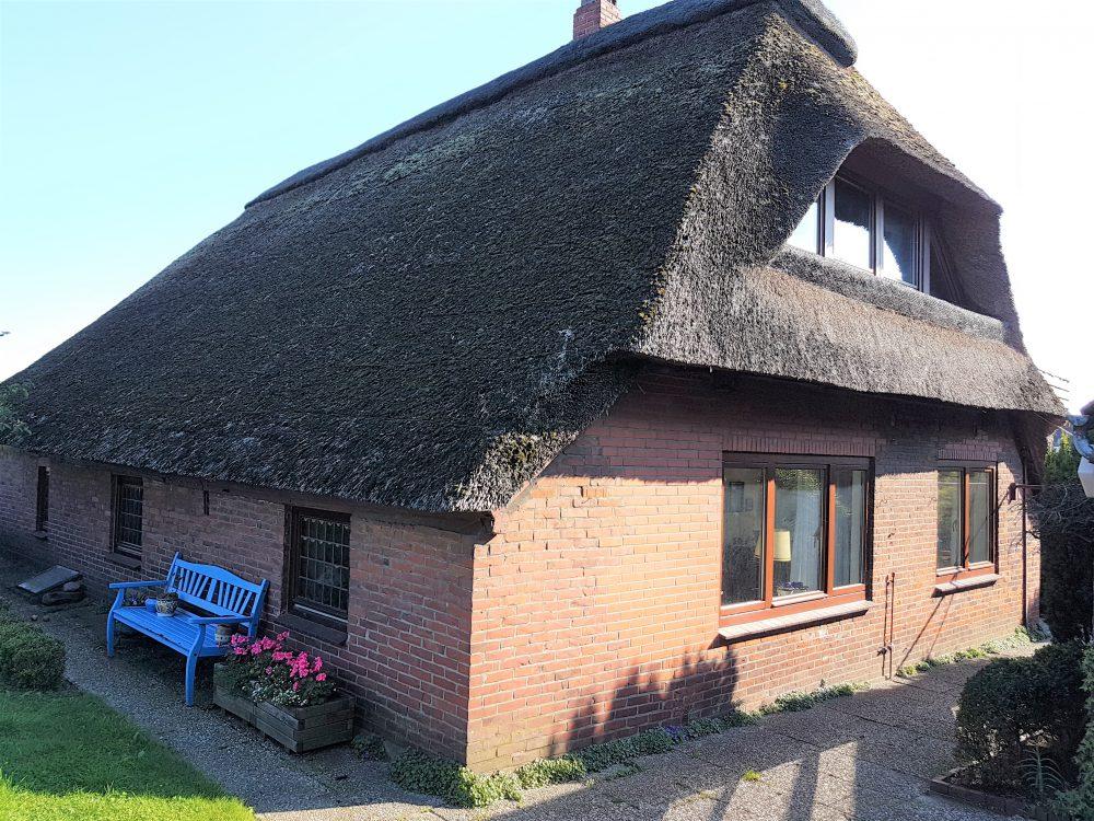 reetdachhaus-am-deich-in-altenesch-rueckansicht