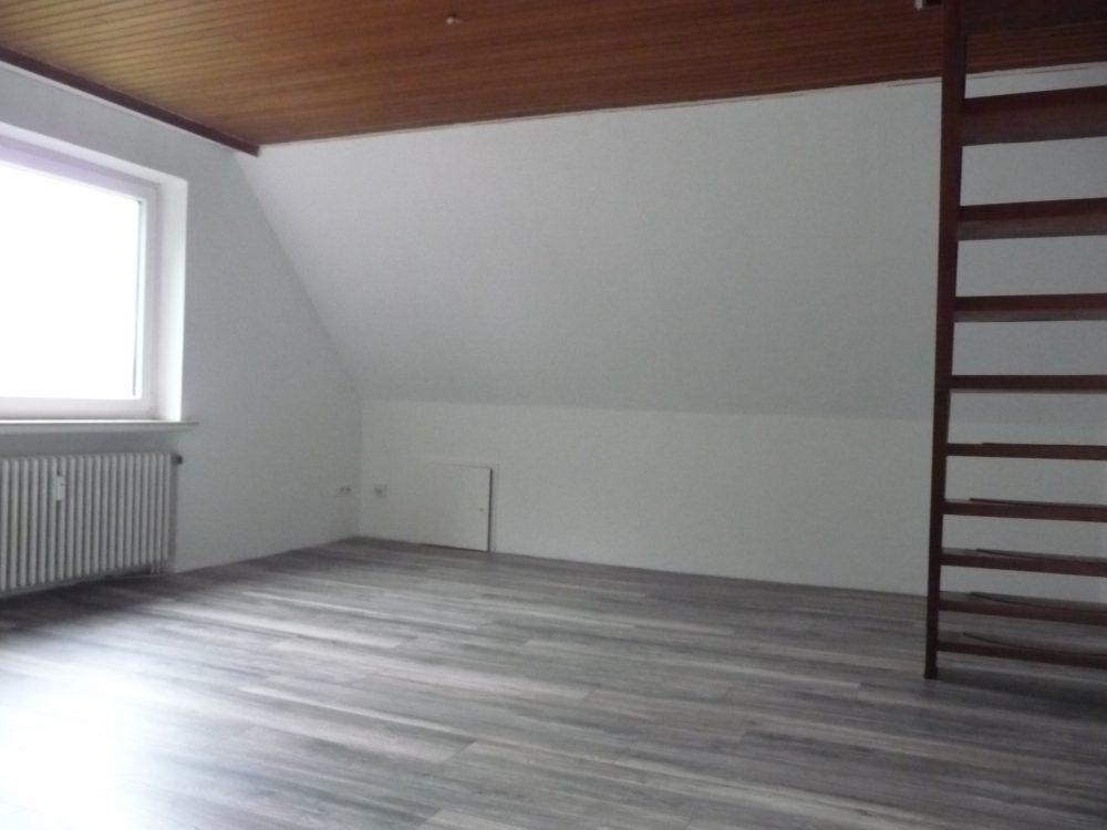 kleine-dachgeschosswohnung-ueber-zwei-ebenen-wohnzimmer