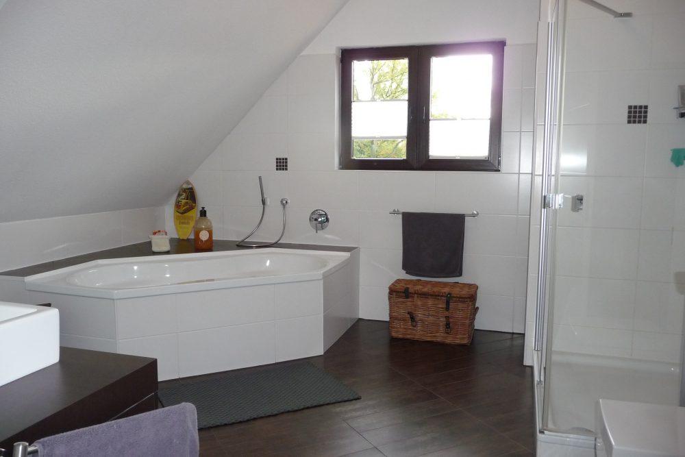energetisch-saniertes-einfamilienhaus-mit-viel-platz-bad-wanne