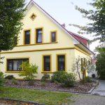 energetisch-saniertes-einfamilienhaus-mit-viel-platz-strassenansicht